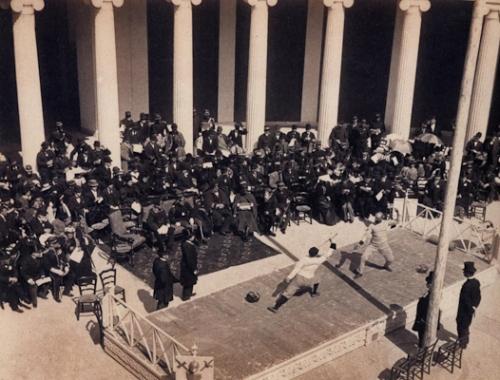 Αγώνες ξιφασκίας στο περιστύλιο του Ζαππείου, κατά τη διάρκεια των Α΄ Διεθνών Ολυμπιακών Αγώνων (1896)